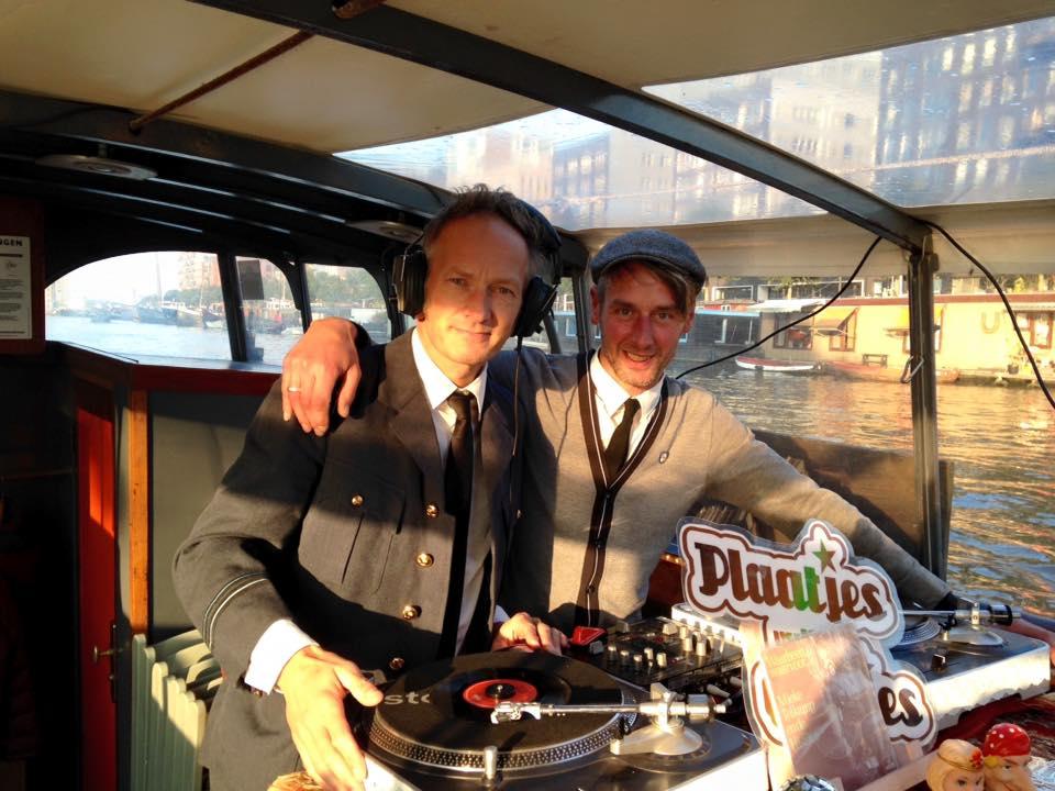 Pieter en Erik achter platenspelers op een rondvaartboot