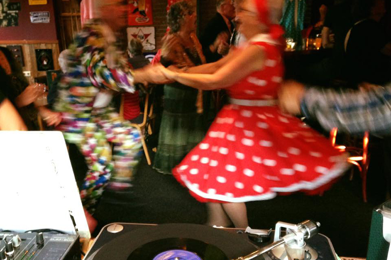 Twee mensen dansen rock-'n-roll