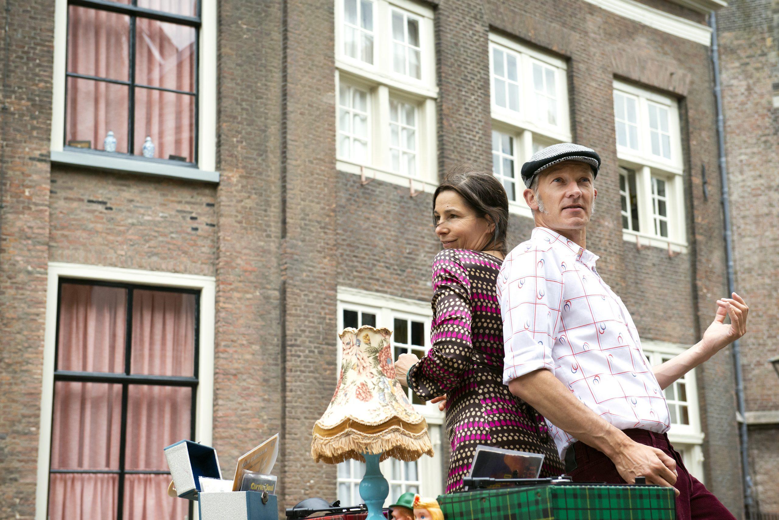 Marieke en Erik dansen met hun rug tegen elkaar