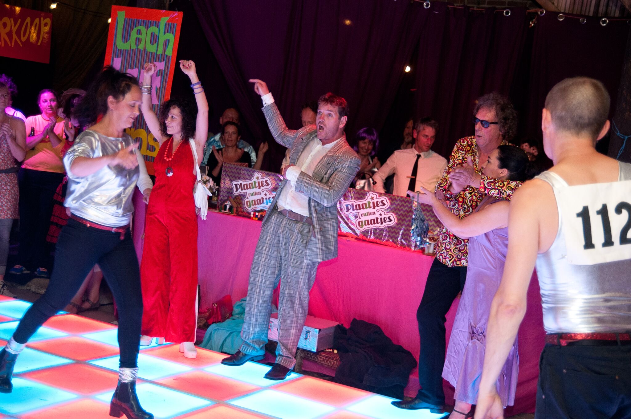 Een disco-dansvloer met dansers