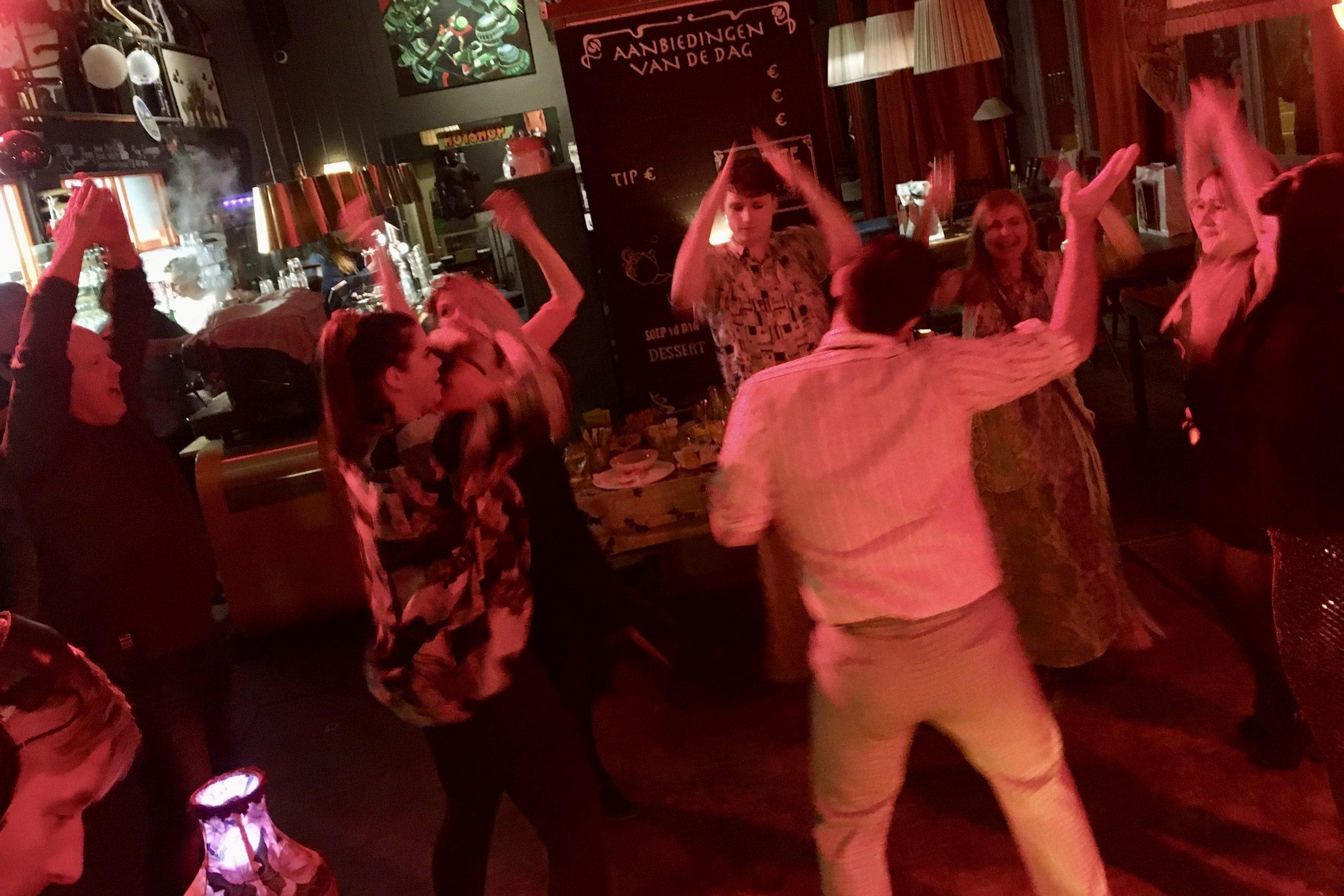 Dansende mensen in een horecagelegenheid