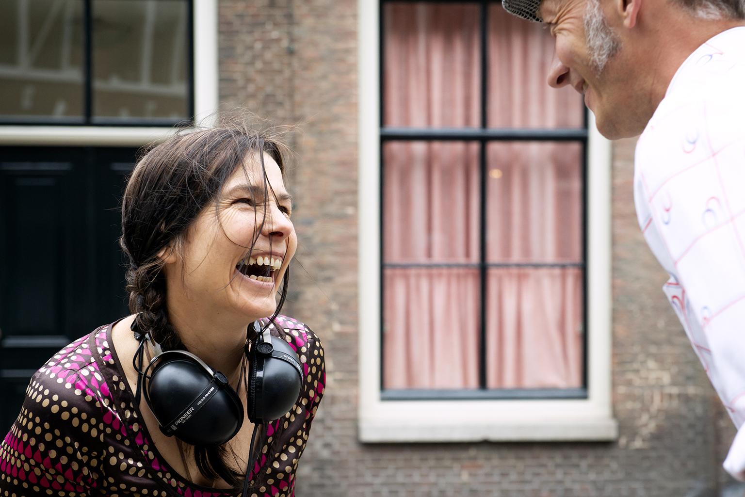 Marieke en Erik dansen en lachen met elkaar